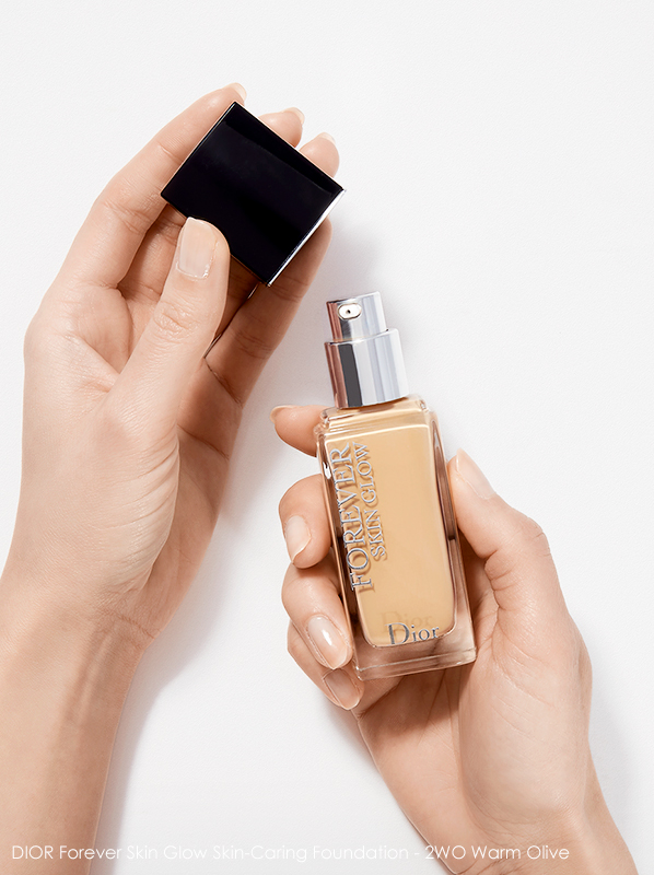 Hand holding DIOR Forever Skin Glow Skin-Caring Foundation shade - 2WO Warm Olive