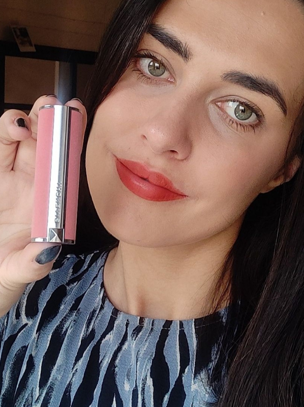 Swatch of GIVENCHY Le Rouge Sheer Velvet rouge brique for new beauty released in september 2021